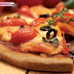 Domatesli ve mozzarella peynirli pizza